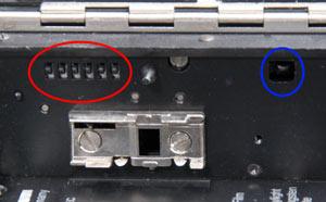 NIZO 4080: Mehrere Kontaktstifte tasten die Empfindlichkeit (rot) und den Materialtyp (blau) ab.