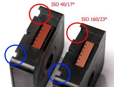 Codierung einer Super-8-Kassette: Je nach Filmempfindlichkeit ist die obere Kerbe kürzer oder länger.  Die untere blau markierte Kerbe zeigt an, dass es sich um ein auf Kunstlicht sensibilisiertes Filmmaterial handelt.